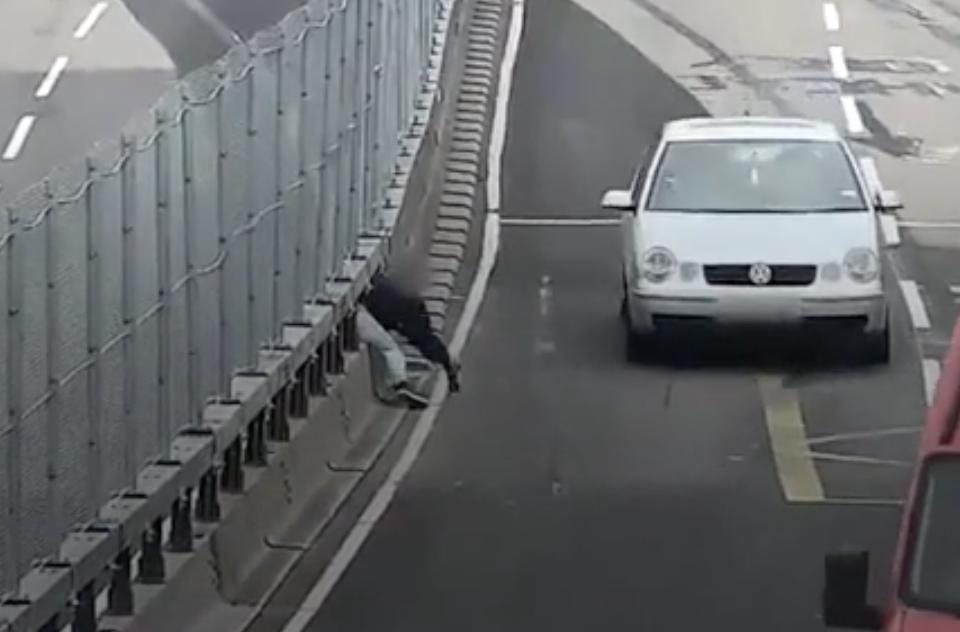 VIDEO: Szokująca próba przejścia przez ruchliwą drogę A63